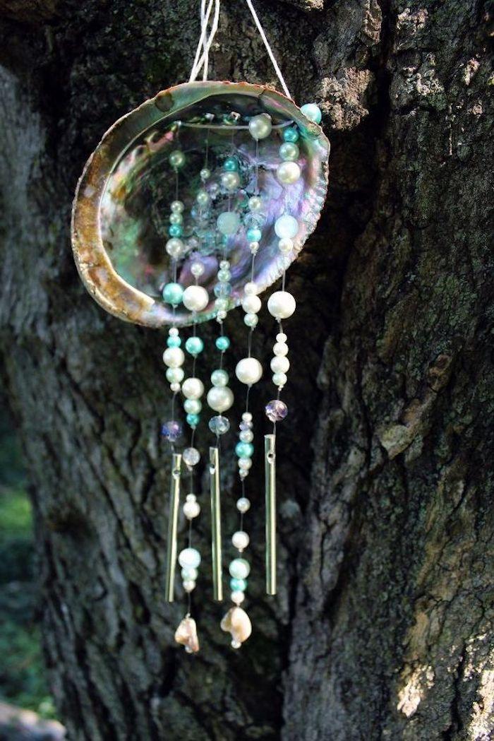 dekoration selber machen, mobile aus muschel, perlen und metallrohren, diy anleitung