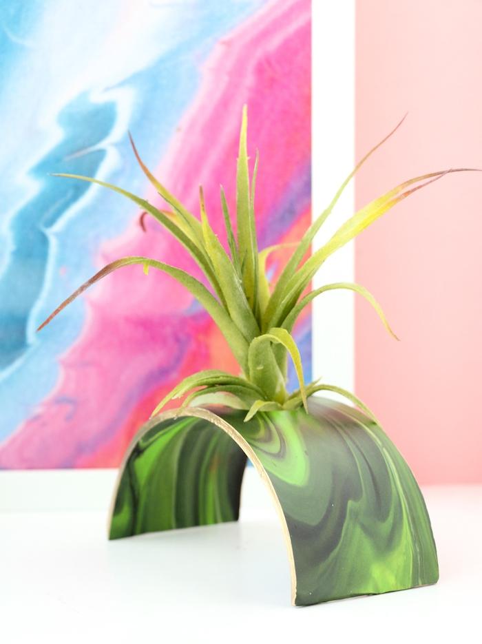 dekoration selber machen, großes bild mit marmot muster, vase aus ton, tutorial