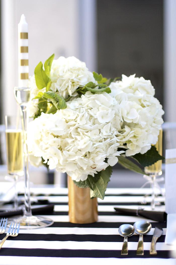 dekoration selber machen, weiße hortensien, goldene vase, festliche tischdekoration