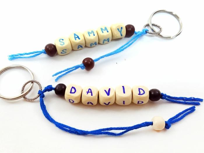 Schlüsselanhänger mit Namen, kleine Buchstaben auf Holzperlen geschrieben