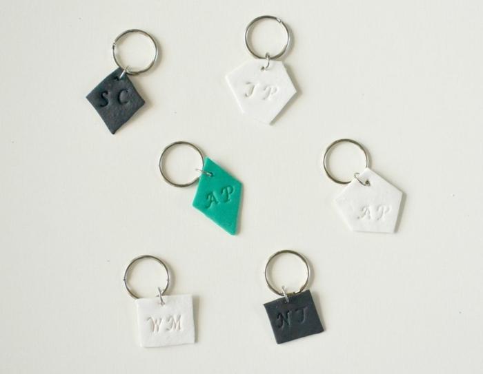 die fertigen Schlüsselanhänger mit Namen, schwarze, weiße und grüne Farbe