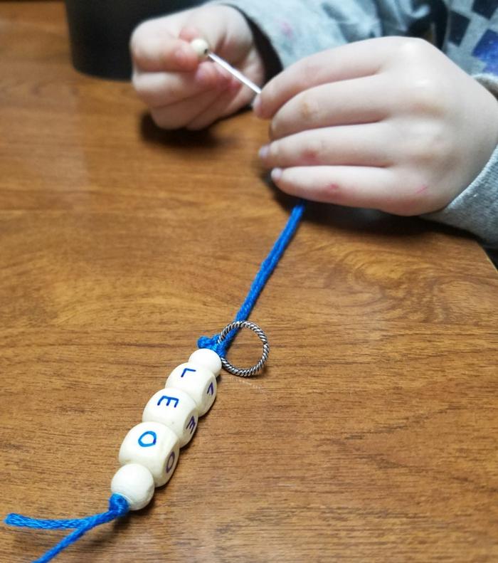 Schlüsselanhänger mit Namen von kleinen Leo, ein blauer Faden