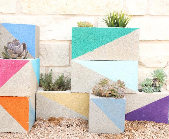 diy gartendeko, kleine grüne pflanzen, betonziegel als blumentöpfe verwenden, geometrische motive