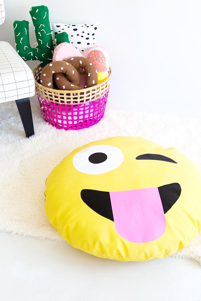 Emoji Kissen selbst gestalten, lustige Geschenkidee zum Geburtstag, DIY mit Anleitung