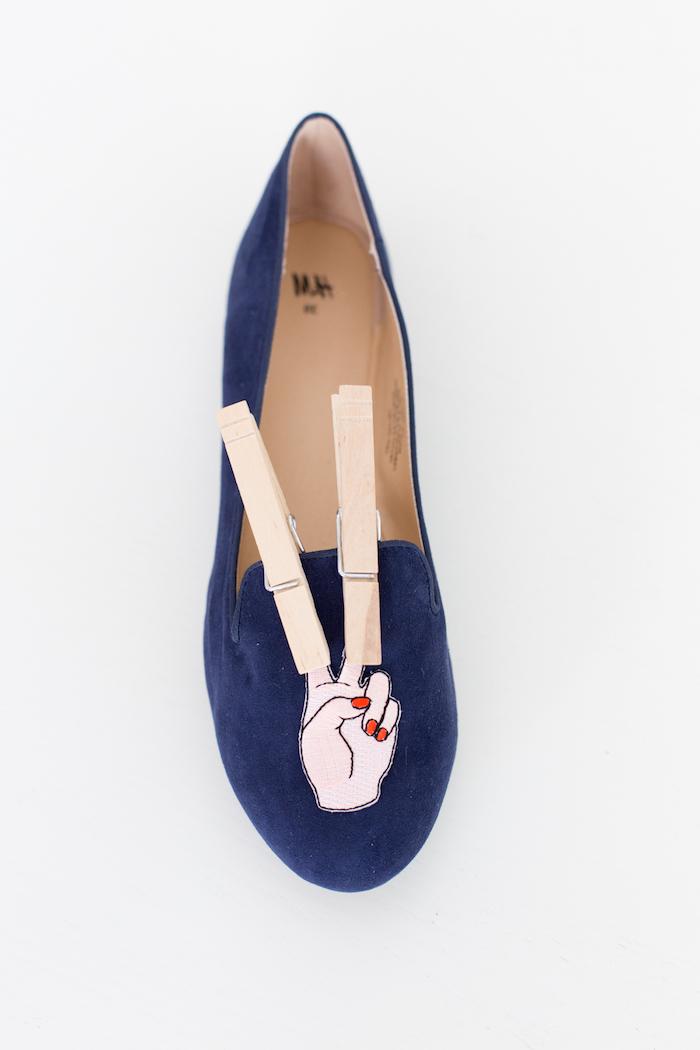 Coole Idee, wie man simple Schuhe auffällig macht, lustigen Sticker darauf kleben, DIY Geschenkidee zum Nachmachen