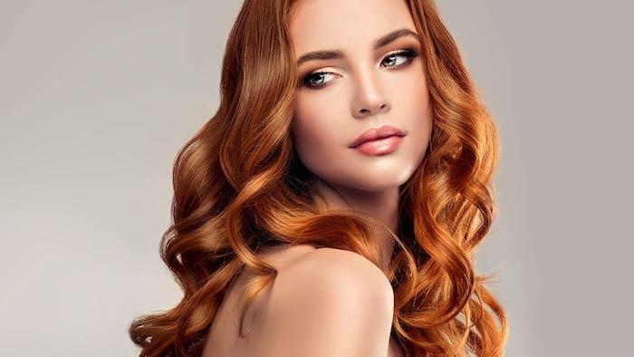 Haarfarbe Kupfer, lange wellige Haare, Smokey Eyes und rosafarbener Lipgloss