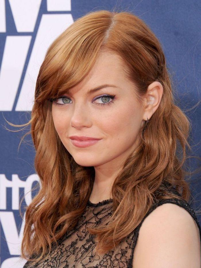 Emma Stone Haarfarbe, mittellange wellige Haare mit Seitenscheitel, schwarzes Abendkleid