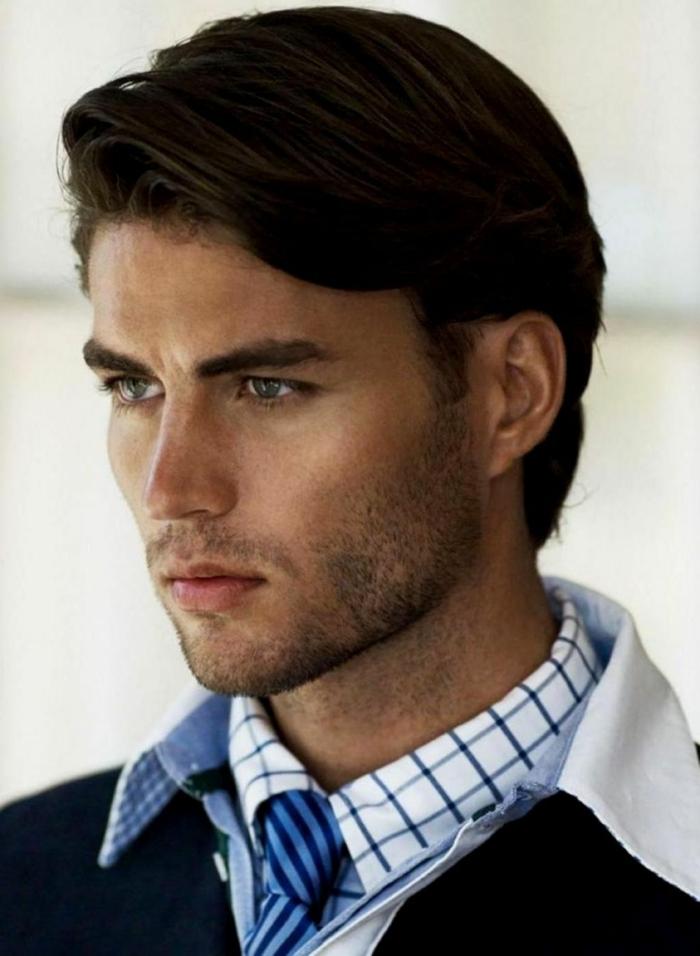 ein netter Jugendlicher mit blauen Augen und braunem Haar, Frisuren Herren Kurz