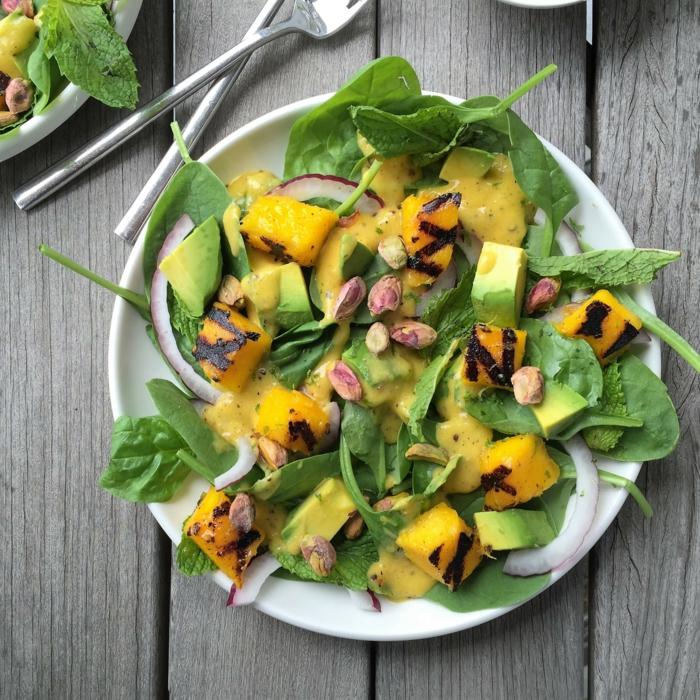 Avocado Mango Salat, roter Zwiebel und grüner Salat, Mangosoße als Dressing