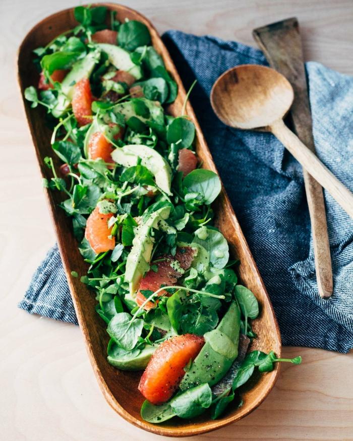 Gartensalat, Grapefruit, Avocado im Salat, ein längliches Gefaß, mit bunter Salat