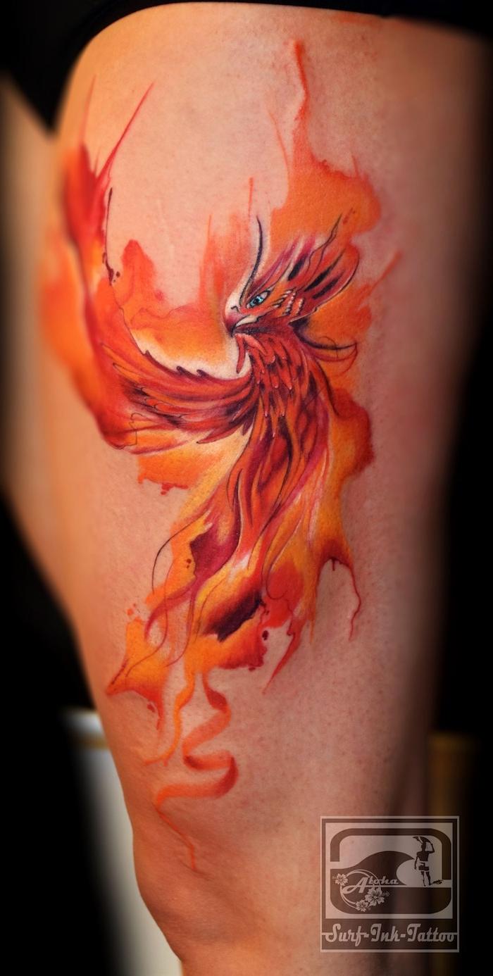 ein großer phönix tattoo mit einem fliegenden auferstehenden roten phönix mit roten federn und feuer und mit blauen augen, watercolor tattoo phönix