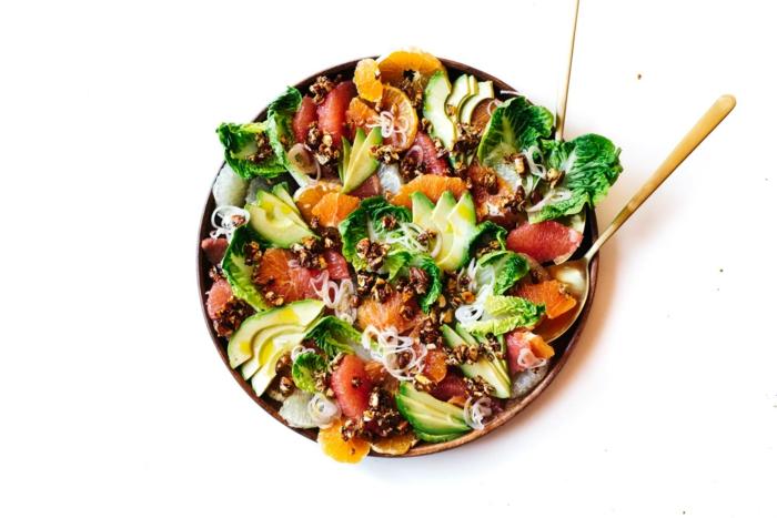 eine kunstvolle Mischung aus Grapefruit, Avocado im Salat, Orange und grüne Blätter