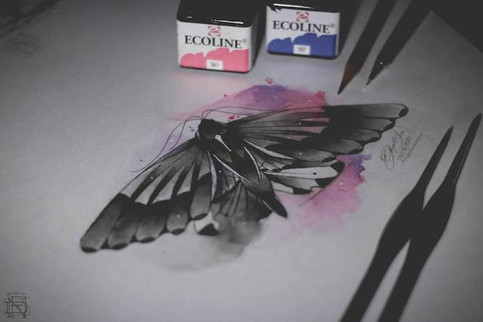 watercolor painting, blaue und pinke farben und schwarze pinsel, ein blatt papier mit einem schwarzen fliegenden schmetterling mit schwarzen flügeln