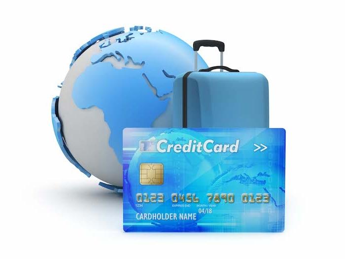 ein groißer blauer koffer und ein craditcard, ein urlaubskredit