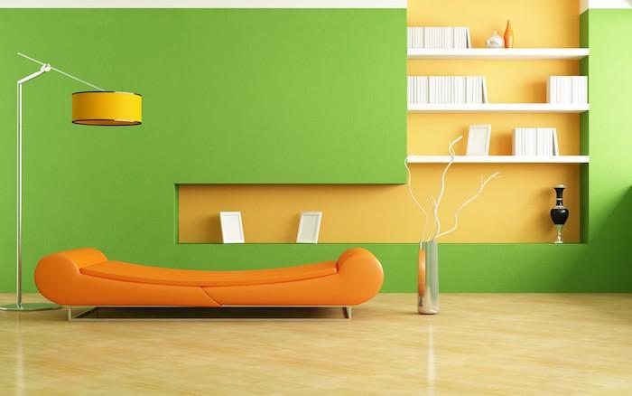 wohnzimmer streichen ideen, eine große grüne wand und viele weiße bücher, ein oranges sofa und eine gelbe lampeund ein boden aus holz, wohnzimmer streichen ideen