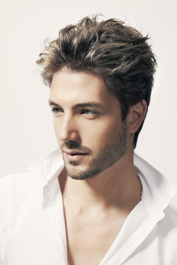 weißes Hemd, helle Augen, lässiges Haar, ein kurzer Vollbart, Herren Frisuren Kurz