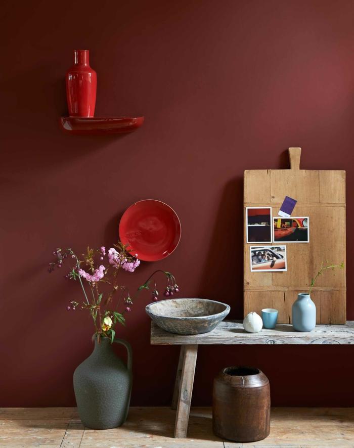 welche Farbe passt zu Grau, rote Wand und rotes Geschirr, eine graue Vase