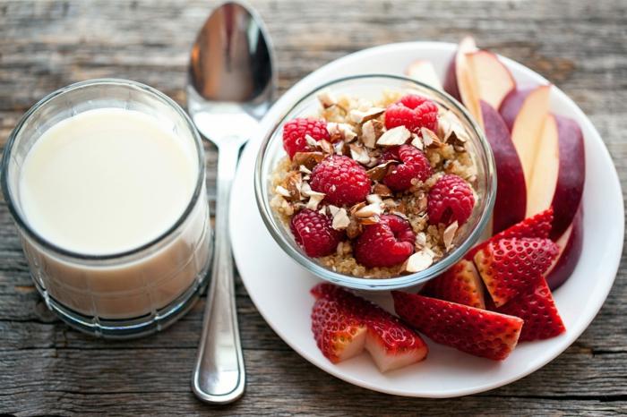 Früchte, Müsli und spezielle Soße aus Joghurt, Fitness Gerichte zum Abnehmen