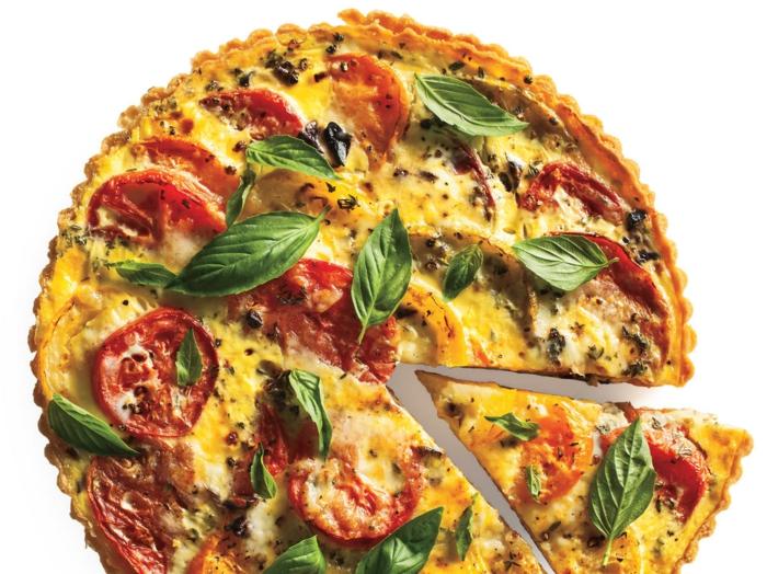 ein gesunder Kuchen wie Piyya mit Tomaten und Oliven, Fitness Gerichte