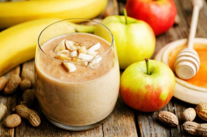 Smoothie aus Bananen, Hönig, Nüsse und Äpfel, gesundes Frühstück, Fitness Gerichte