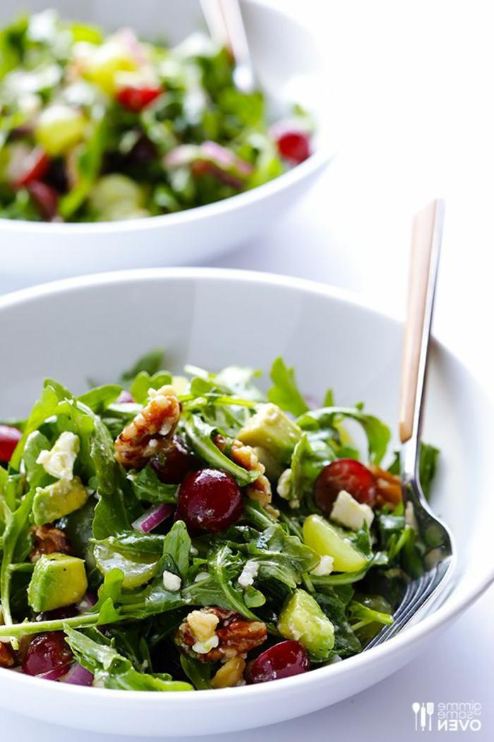 grüner Salat, Avocado Salat mit kleinen Stücken Avocado, Beeren und Rukola