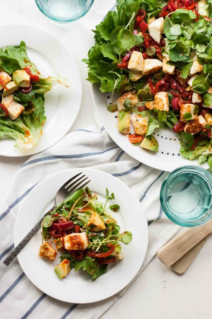 bebratene Hähnchenbrust, Gartensalatblätter, rote Paprika, Avocado im Salat