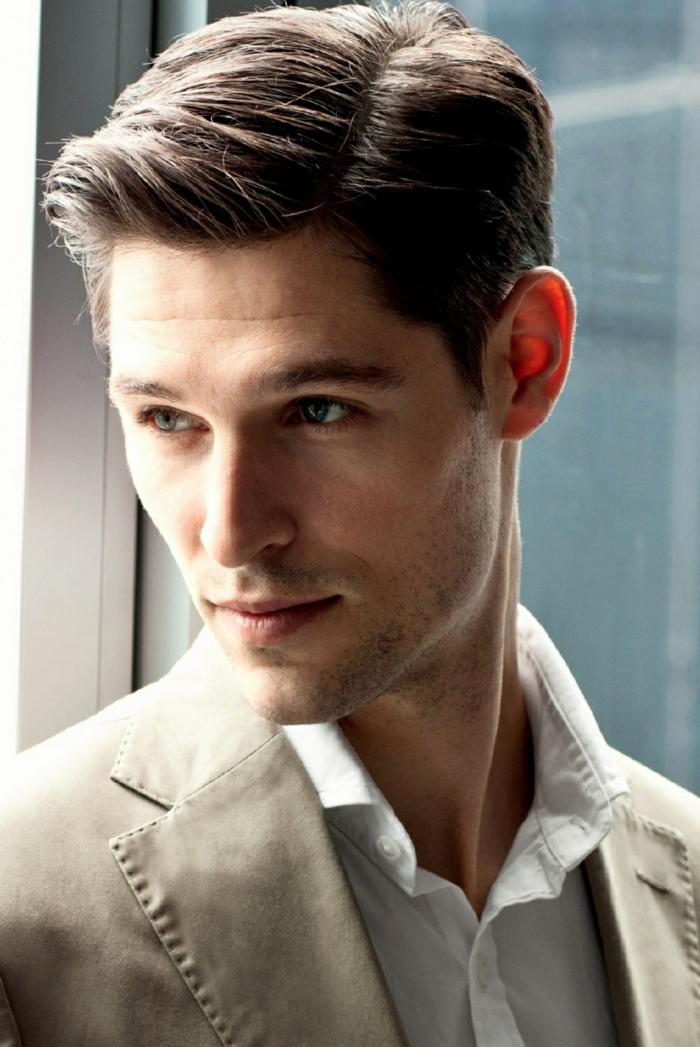 ein cooler Herr mit langem Haar, helle Augen, Kurzhaarschnitt Männer, ein grauer Anzug