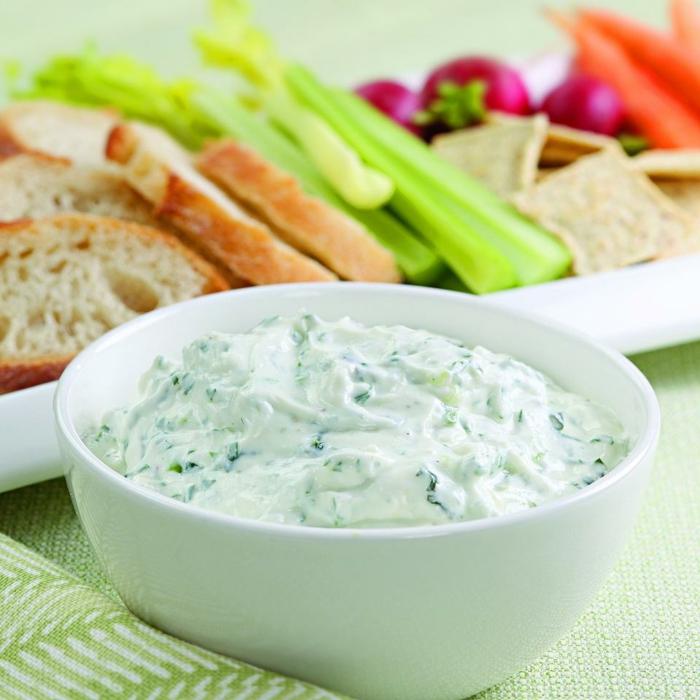 eine Soße mit Knoblauch und Joghurt, frische Gemüse, Fitness Gerichte
