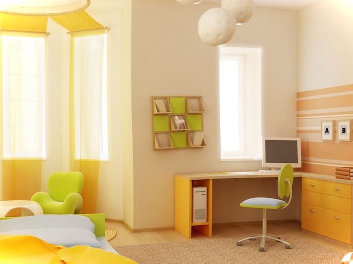 ein grüner kleiner stuhl und ein kleiner brauner schreibtisch, wandfarbe kinderzimmer, ein bett mit blauen und gelben kissen, ein fenster mit gelben vorhängen