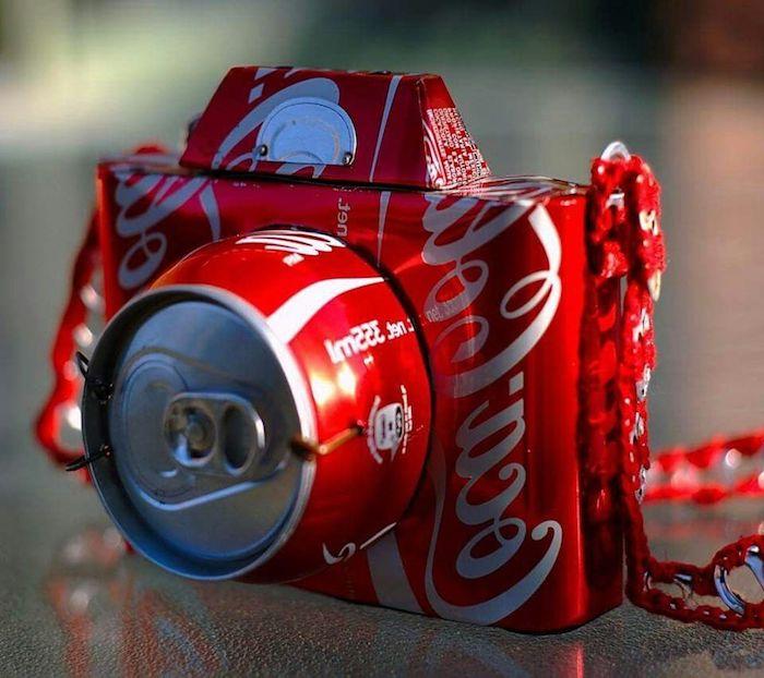bastelideen fpr erwachsene, ein kleiner roter fotoapparat aus kleien gefalteten roten coca cola flaschen, recycling basteln diy
