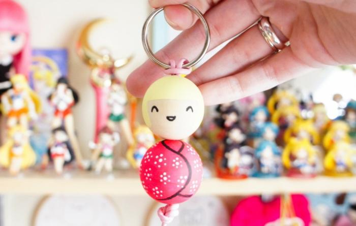 ein lustiges Mädchen aus zwei Bällen, Schlüsselband selber machen