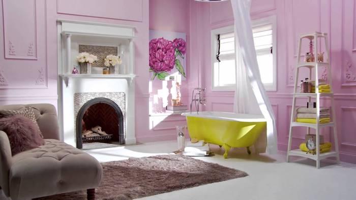 ein kleiner violetter teppich und ein sofa mit einem violetten kissen, ein violettes badezimmer mit einer gelben badewanne und mit violetten wänden, wandfarbe badezimmer