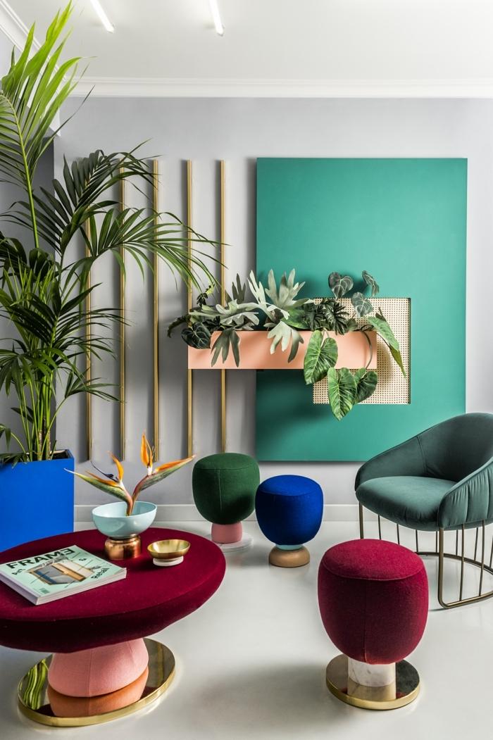 blaue Wände, bunte Hocker, ein roter Tisch, eine Pflanze in der Ecke, welche Farben passen zusammen