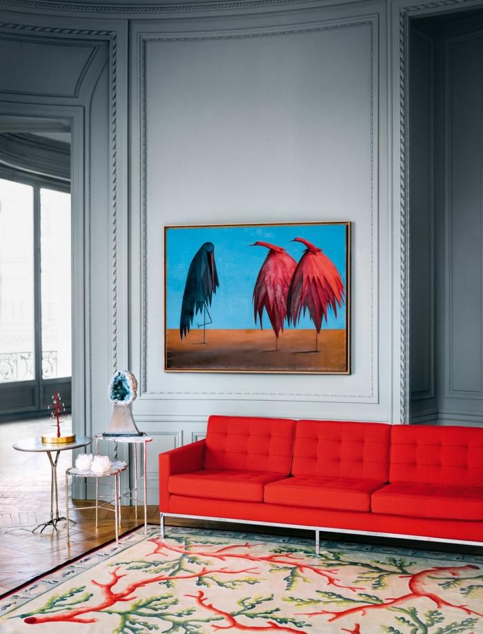 weiße Wände, rotes Sofa, ein Bild mit drei Vögeln, welche Farbe passt zu Bordeauxrot