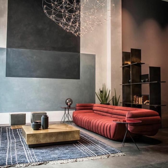 ein Bourdeauxrot Sofa, welche Farbe passt zu Bourdeauxrot, grauer Teppich, graue Schattierungen an den Wänden