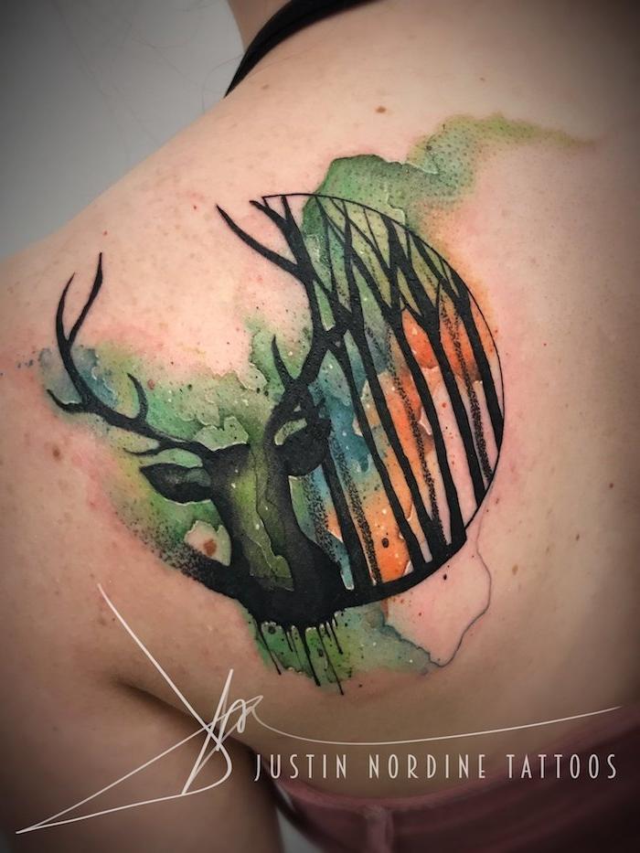 großes rücken tattoo aquarell mit einem schwarzen hirsch und einem . halbmond und einem wald mit vielen schwarzen bäumen