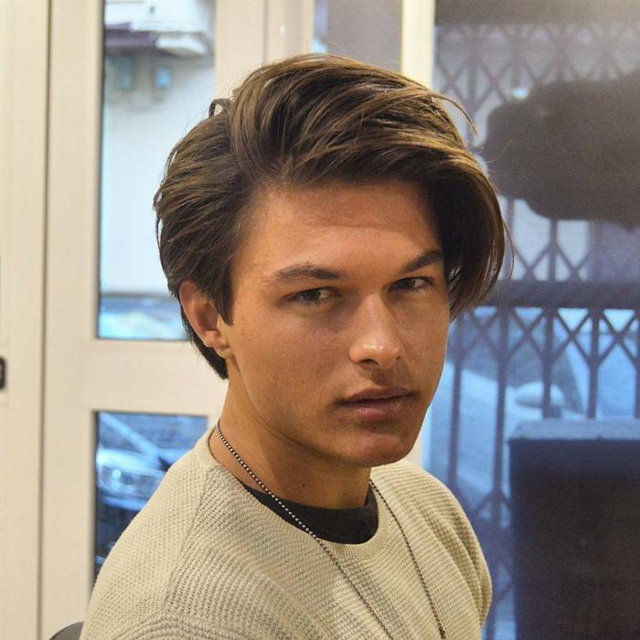 ein junger Mann mit langen Strähne, runder Gesicht, welche Frisur passt zu mir
