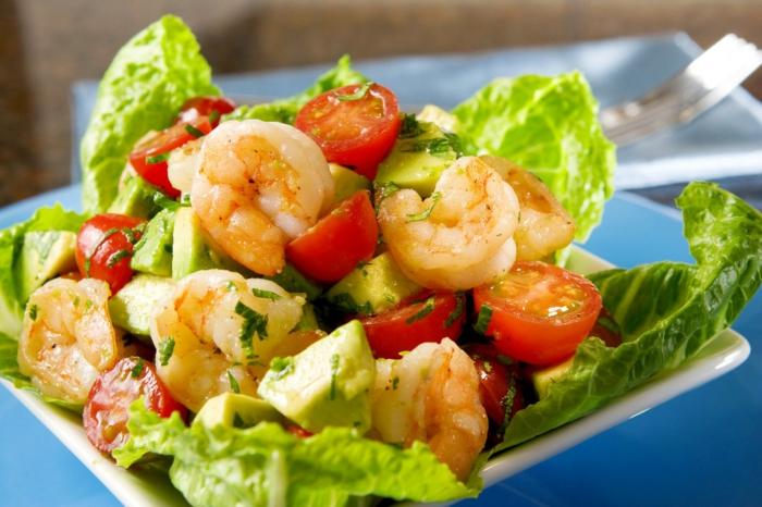 Avocado, Tomaten, Salat und Fisch, bunte Gerichte zum Abnehmen zum Abendessen