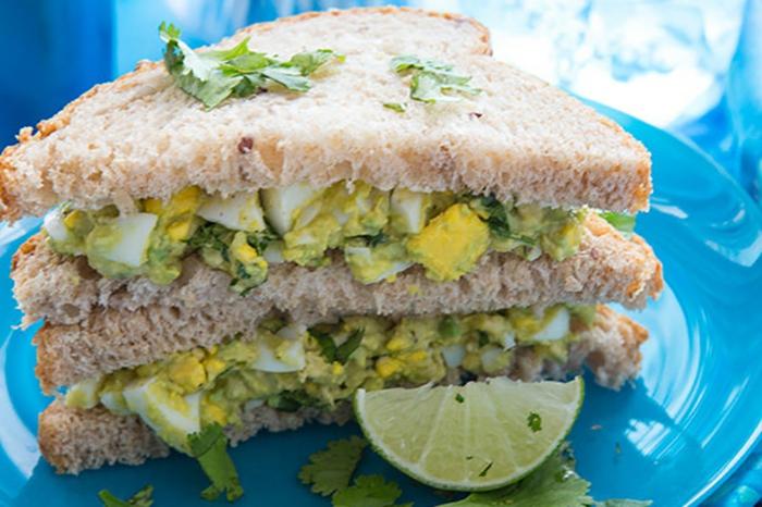 ein Brötchen mit Avocado und Eier und Leim, Petersilien, gesunde Rezepte