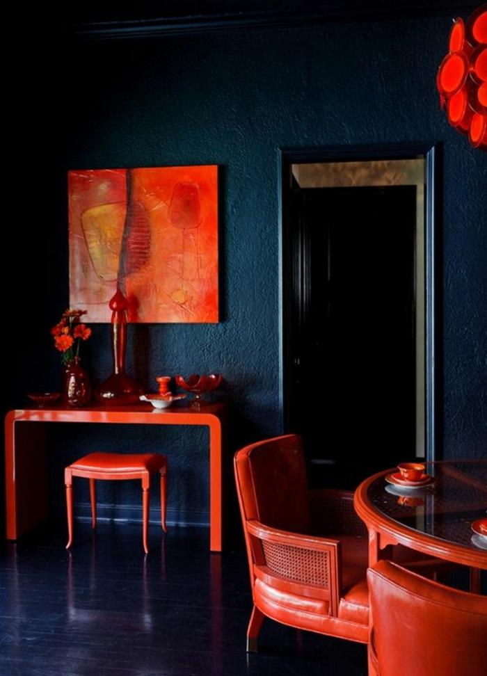 welche Farbe passt zu braunen Möbeln, rotes Bild, ein kleiner Schminktisch, blaue Wände