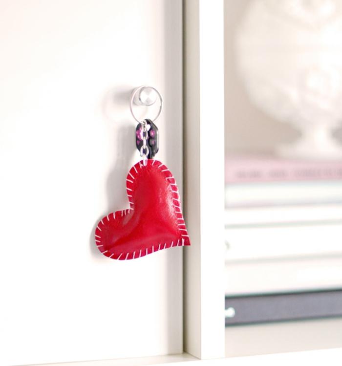 Schlüsselanhänger selber machen, das Endprodukt der Anleitung, ein Herz in roter Farbe