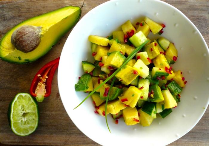 Avocado, Paprika und Frühlingszwiebel, Limettensaft als Dressing, Avocado Salat