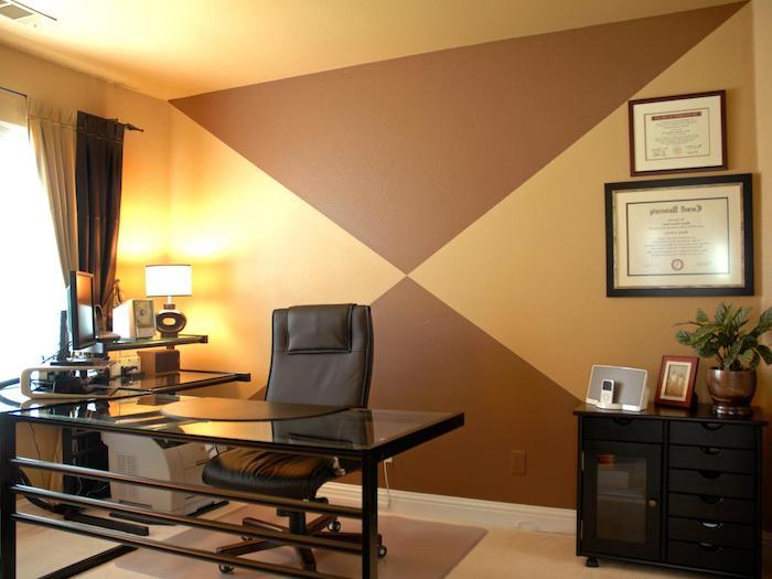 büro mit einem schwarzen schreibtisch und mit einem schwarzen stuhl aus leder,, eine braune wand und ein fenster mit braunen vorhängen