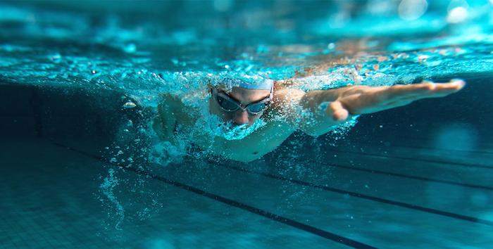 ein blaues großes schwimmpool und ein junger mann
