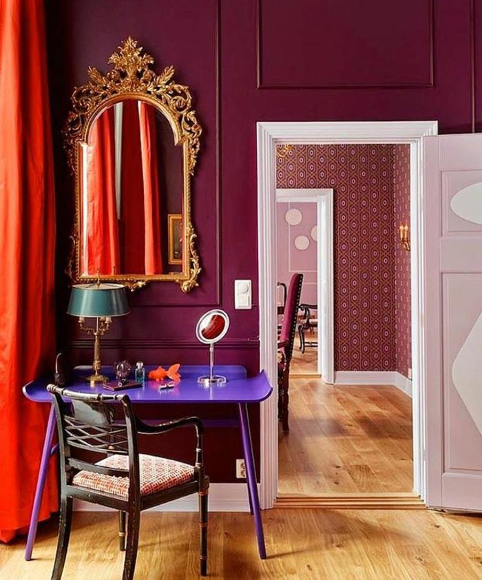 lila Wände, lila Tisch, ein großer Wandspiegel, welche Farbe passt zu braunen Möbeln
