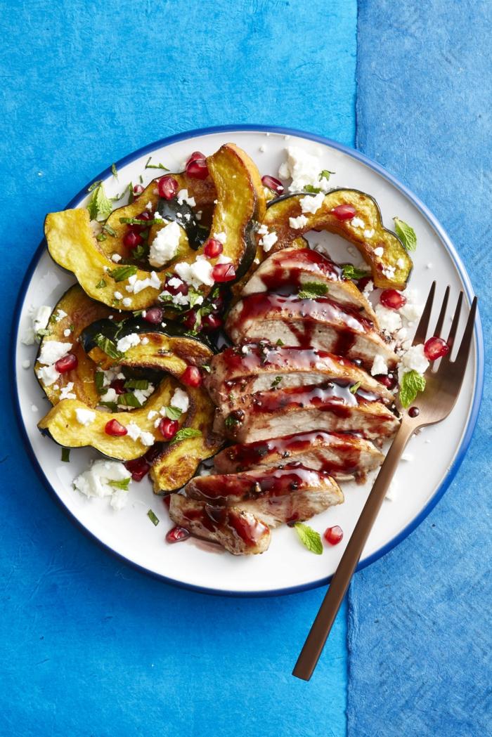 Fleisch mit Soße, Kürbis als Beilage, kleine Stücke von Käse, Gerichte zum Abnehmen