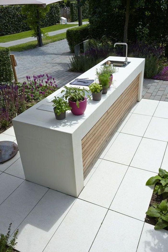 eine außenküche selber bauen, ein garten mit einer kleinen miniküche mit einem waschbecken, violette und graue kleine blumentöpfe mit grünen pflanzen, gartengestaltung ideen