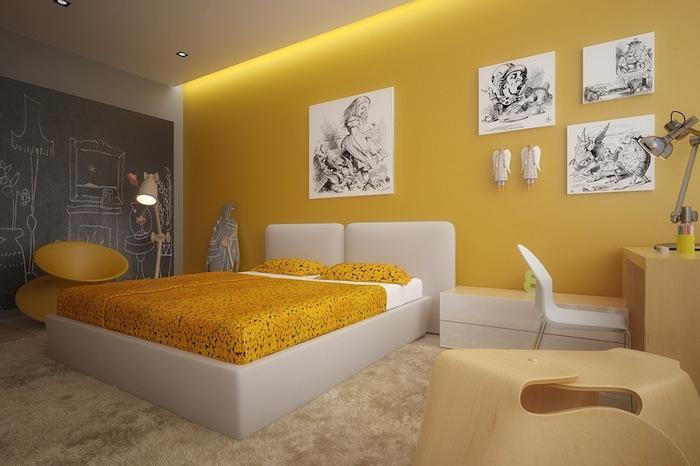 schlafzimmer mit einer großen gelben wand und mit einem weißen bett mit gelben kissen, wandfarbe gelb schlafzimmer, eine lampe und ein weißer stuhl