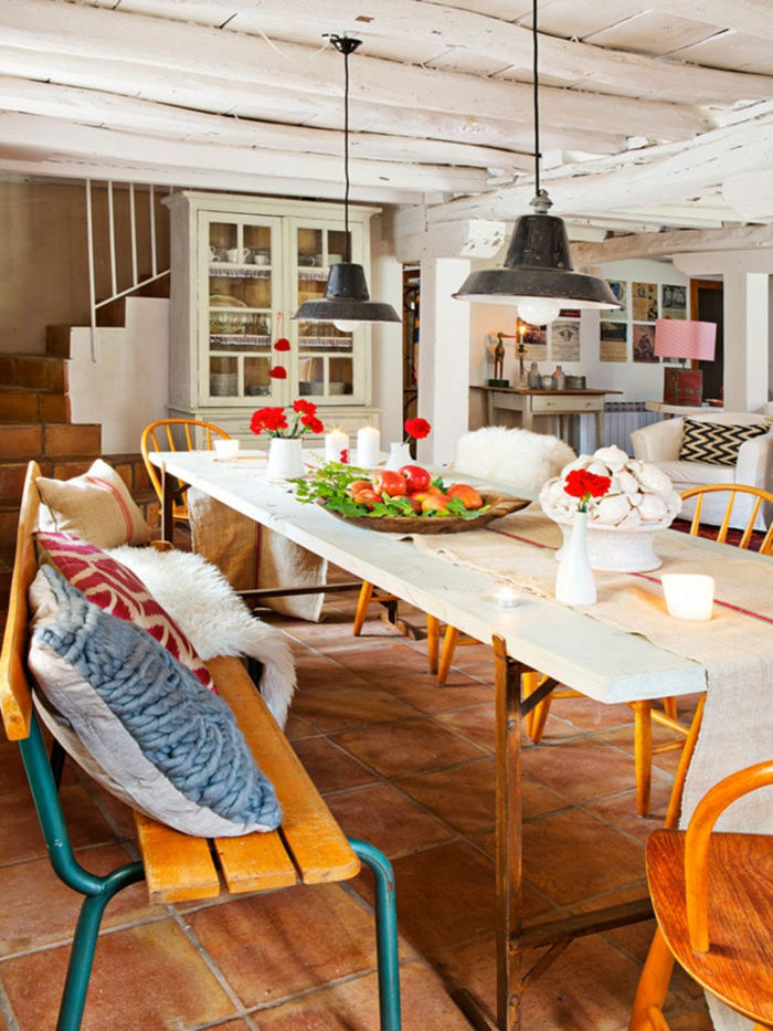 rustikales Esszimmer, kleine Kissen auf der Bank, langer Tisch, welche Farbe passt zu braunen Möbeln, rote Blumen