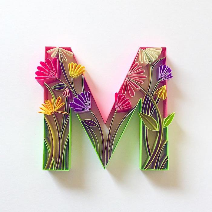 recycling basteln mit papierm ein bild mit einer quilling figur mit vielen kleine violetten, gelben und weißen blumen mit grünen blättern, eine figur aus vielen gefalteten langen papierstreifen